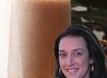 Milkshake vivo de leite de amêndoas com cacau