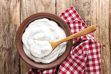 Iogurte auxília no controle da queda de cabelo.