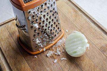 Como tratar queda de cabelo com suco de cebola natural