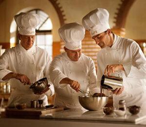 Chocolatier manipulando chocolate fabricado pelas grandes industrias.